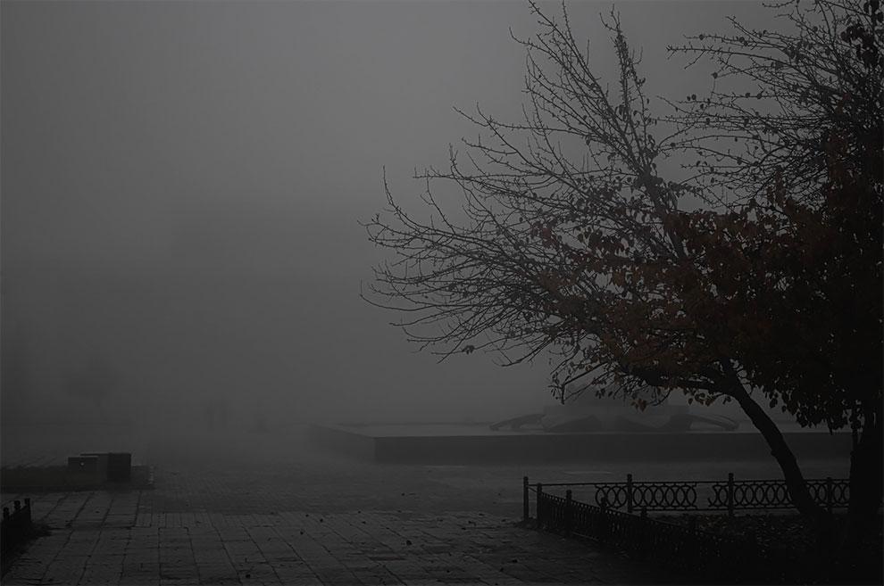 Fotografer Mengambil Foto Gelap dan Suram dari Kota Kecil Rusia yang Ditutupi Kabut Pagi