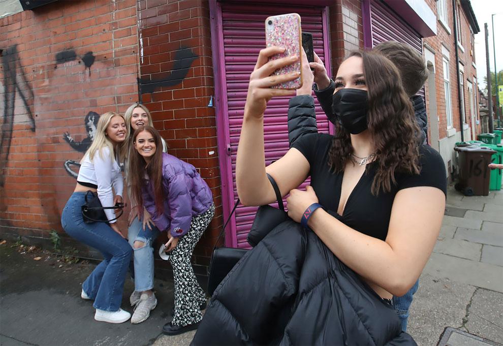 Mural Baru Banksy Hula Hoop Girl Diresmikan di Sisi Salon Kecantikan Nottingham