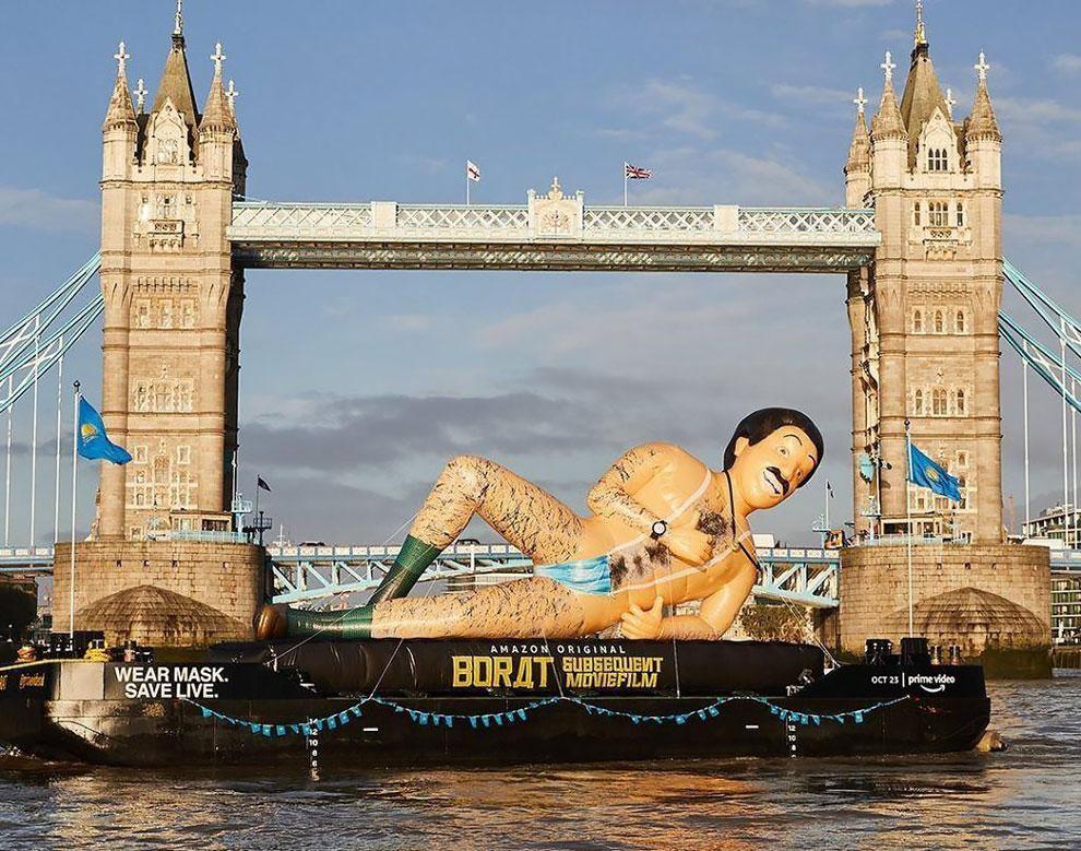 """""""Pakai Masker.  Save Live"""": Borat Membuat Penampilan Kocak di Landmark Utama di Seluruh Inggris"""
