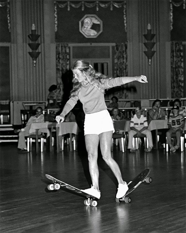Foto Memukau Ellen O'Neal, Pemain Skateboard Gaya Bebas Wanita Terbesar di tahun 1970-an
