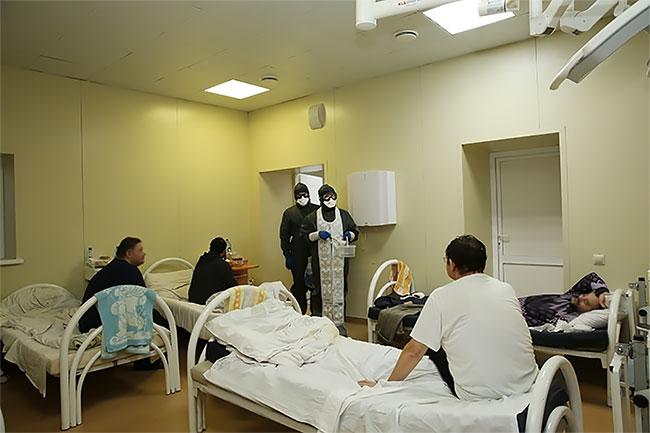 Para Imam di Rusia Melakukan Kebaktian di Covid-Center dan Melewati Semua Pasien dengan Menyiramkan Air Suci dan Memberikan Ikon kepada Mereka