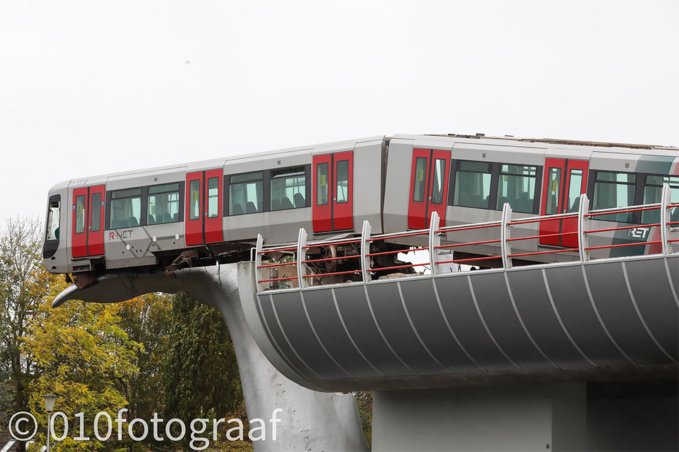 Patung Ekor Paus Menghentikan Kereta Metro Rotterdam dari Tabrakan Ke Air