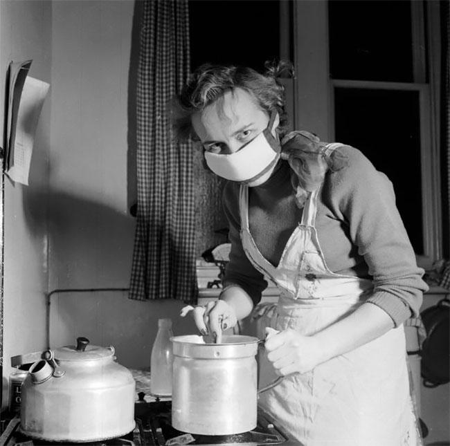 Foto Vintage Menangkap Orang yang Mengenakan Topeng Selama Kabut Asap Besar di tahun 1950-an
