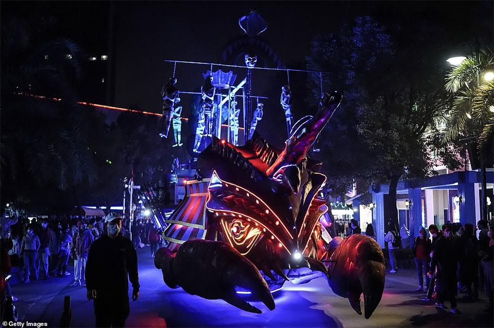 Saat Dunia Terjun ke Api Pandemi, Ribuan Orang di Pawai Halloween di Wuhan